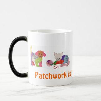 Taza de café con los mascotas del remiendo