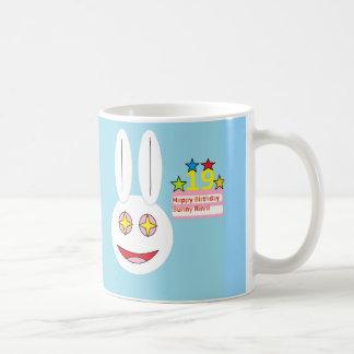 Taza De Café Conejito clásico Rinni del feliz cumpleaños de la
