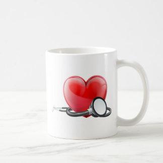 Taza De Café Corazón y concepto del estetoscopio