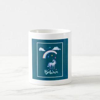 Taza De Café Crea con un unicornio de la acuarela debajo de un
