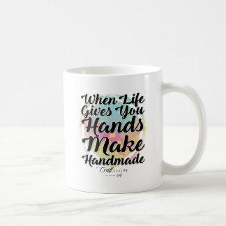 Taza De Café Cuando la vida le da las manos, haga hecho a mano