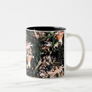 Taza de café de Camo de las hojas y de los conos