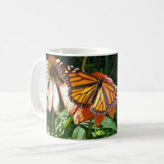 Taza de café de la mariposa del verano