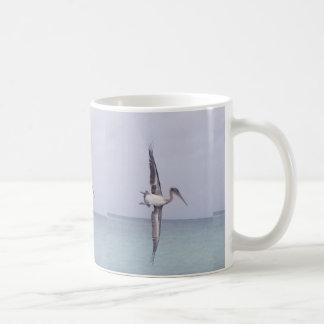 Taza de café de la playa del pelícano