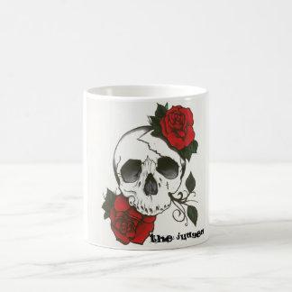 Taza de café del cráneo y de los rosas