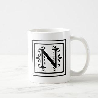 Taza de café del monograma de la letra N