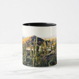 Taza de café del paisaje de la cala de la cueva