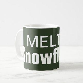 Taza de café derretida de los copos de nieve