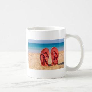 Taza De Café Dos deslizadores rojos verticales en la arena de