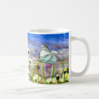 Taza De Café Dos mariposas blancas en un prado amarillo de la