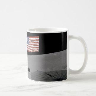 Taza De Café El astronauta hace una pausa la bandera de los