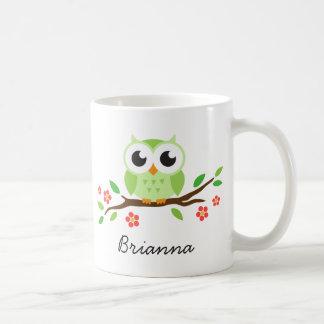 Taza De Café El búho verde lindo en rama floral personalizó