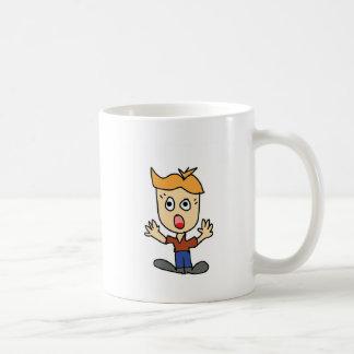 Taza De Café el dibujo animado asustadizo del muchacho