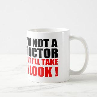 Taza De Café El doctor divertido Quotes: No soy DOCTOR