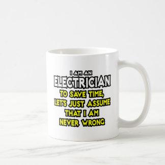 Taza De Café El electricista… asume que nunca soy incorrecto