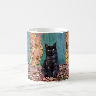 Taza De Café El gatito lindo del gato negro con rojo sale de la