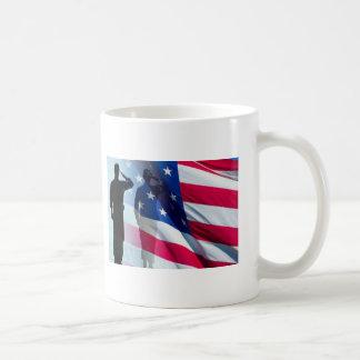 Taza De Café El veterano saluda la bandera patriótica