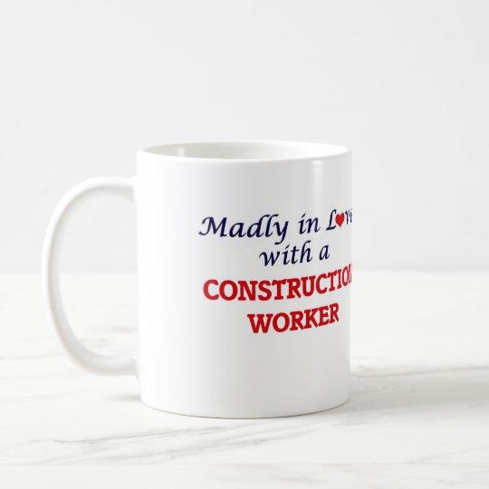 Taza De Café Enojado en amor con un trabajador de construcción