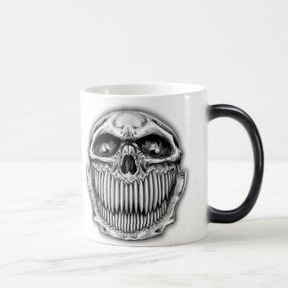 Taza de café feliz y triste del cráneo