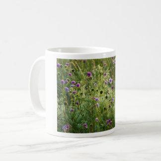Taza De Café Flores salvajes púrpuras en un prado verde
