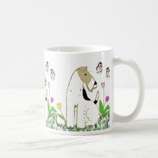 Taza De Café Fox terrier y mariposas del alambre