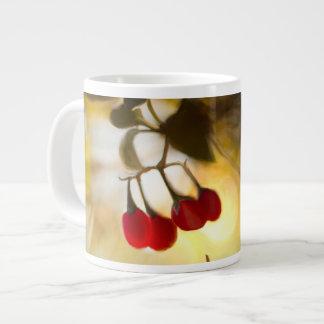 Taza De Café Gigante Bayas rojas hermosas en la luz del sol de la