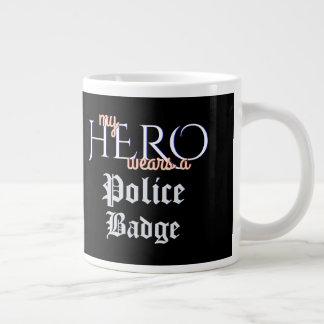 Taza De Café Gigante Mi héroe lleva la insignia de la policía