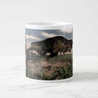 Taza De Café Gigante Rex del Tyrannosaurus que ruge en un triceratops
