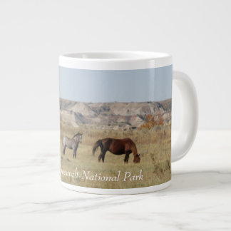 Taza De Café Grande Caballos salvajes del parque nacional de Theodore