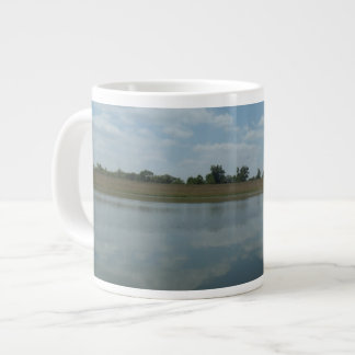 Taza De Café Grande El agua del lago refleja las nubes blancas