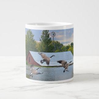 Taza De Café Grande Gansos de Canadá que aterrizan en la charca