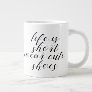 Taza De Café Grande La vida es zapatos lindos del desgaste corto