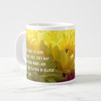 Taza De Café Grande (Momias amarillas en luz del sol) verso floral de