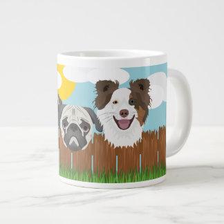 Taza De Café Grande Perros afortunados del ilustracion en una cerca de