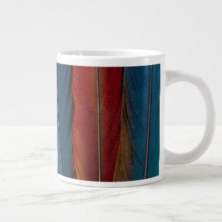 Taza De Café Grande Plumas de cola del Macaw del escarlata