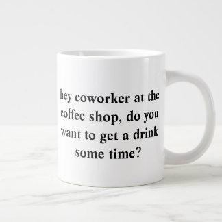 Taza De Café Grande pregunte hacia fuera a su compañero de trabajo