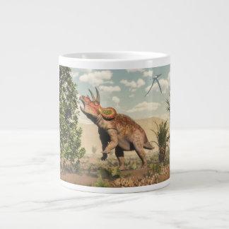 Taza De Café Grande Triceratops que come en el árbol de la magnolia -