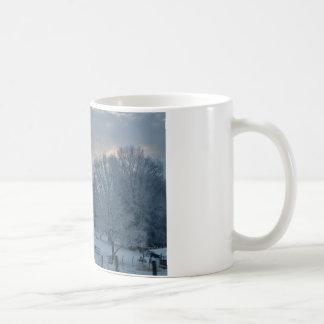 Taza De Café Granero viejo en la ladera nevada