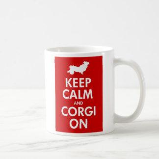 Taza De Café Guarde la calma y el Corgi en el carro/el Corgi
