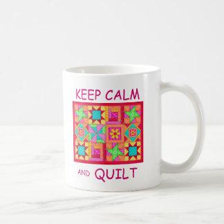 Taza De Café Guarde la calma y el edredón de remiendo multi del