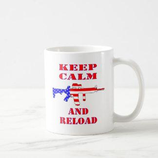 Taza De Café Guarde la calma y recargue el rifle de la bandera