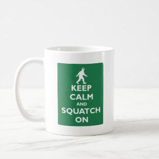 Taza De Café Guarde la calma y Squatch encendido