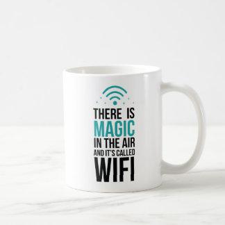 Taza De Café Hay mágico en el aire llamado Wi-Fi