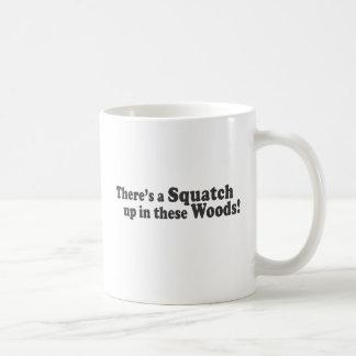 Taza De Café ¡Hay un Squatch para arriba en estas maderas!