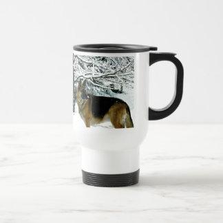 Taza de café hermosa del viajero del pastor alemán