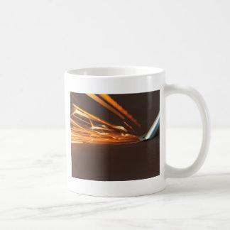 Taza De Café Herramienta de acero en una amoladora con las