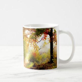 Taza De Café Hojas de otoño sobre carril del país