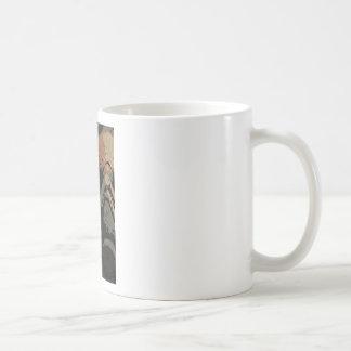 Taza De Café Hombre con la máscara protectora en la placa de