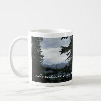 Taza De Café La aventura aguarda las montañas rocosas de
