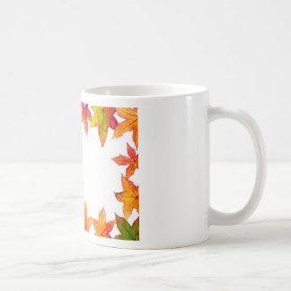Taza De Café La caída colorida deja el marco en blanco
